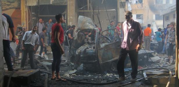 Moradores inspecionam local bombardeado em Idlib, na Síria