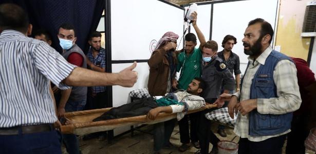 Homem ferido é atendido em hospital improvisado no bairro de Douma, em Damasco, na Síria