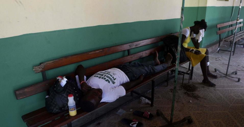 9.out.2016 - Homem que sofre de cólera deita em banco no hospital de Port-Salut, no Haiti, neste domingo (9), após passagem do furacão Matthew