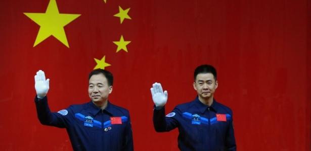 Jing Haipeng (esq) e Chen Dong (d) irão para o espaço na sexta missão tripulada do país, a bordo da nave Shenzhou-11