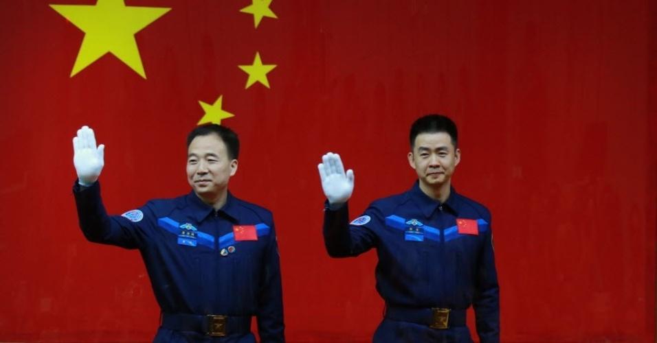 16.out.2016 - A China apresentou hoje os dois astronautas Jing Haipeng (esq) e Chen Dong (d), que irão para o espaço na sexta missão tripulada do país, a bordo da nave Shenzhou-11, cujo lançamento está programado para esta segunda-feira às 7h30 (horário local, 21h30 de domingo em Brasília)