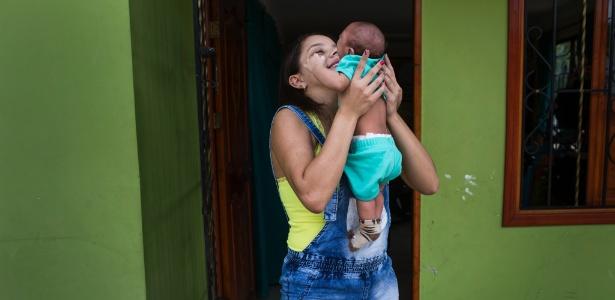 Kiara Munoz brinca com seu filho Juan Diego, nascido com microcefalia resultante do vírus da zika, em Barranquilla, na Colômbia