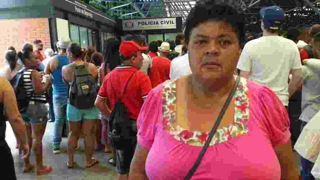 28.dez.2016 - Maria de Fátima Ruas, irmã do ambulante Luiz Carlos Ruas, lamenta a morte do irmão e acompanha a prisão dos dois acusados, Alípio Rogério dos Santos e Ricardo do Nascimento - Janaina Garcia/UOL