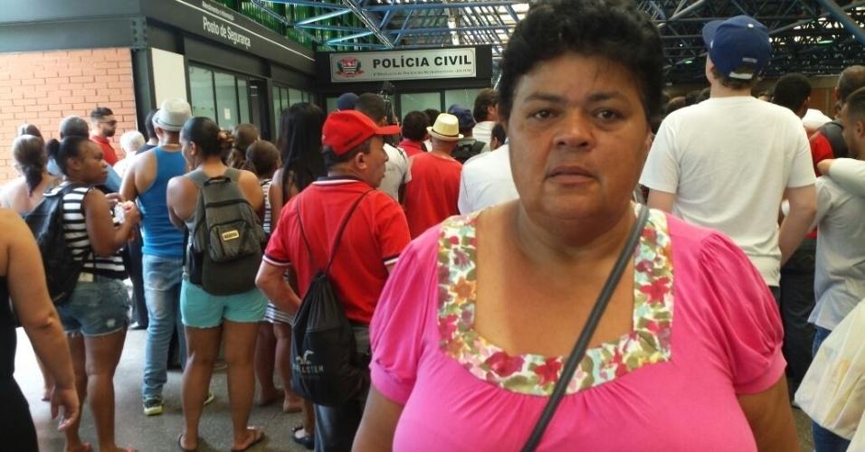 28.dez.2016 - Maria de Fátima Ruas, irmã do ambulante Luiz Carlos Ruas, lamenta a morte do irmão e acompanha a prisão dos dois acusados, Alípio Rogério dos Santos e Ricardo do Nascimento