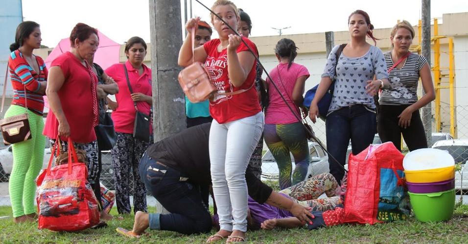 2.jan.2017 - À espera de notícias da rebelião, uma mulher passa mal em frente ao Compaj (Complexo Penitenciário Anísio Jobim) em Manaus