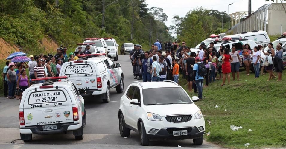 2.jan.2017 - Familiares dos presos e carros de polícia se aglomeram em frente ao Compaj (Complexo Penitenciário Anísio Jobim), em Manaus, após rebelião