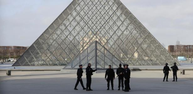 Policiais franceses circulam próximo à pirâmide do Museu do Louvre, em Paris, após um soldado atirar e ferir um homem armado com faca