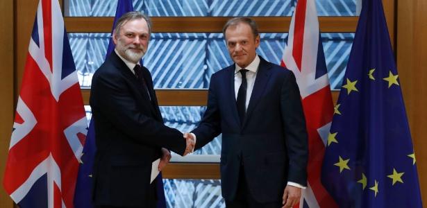 O representante britânico na União Europeia Tim Barrow (à esq.) entrega carta para início do Brexit a Donald Tusk, presidente do Conselho Europeu