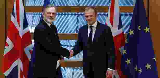 O representante britânico na União Europeia Tim Barrow (à esq.) entrega carta para início de Brexit a Donald Tusk, presidente do Conselho Europeu - Yves Herman/Reuters - Yves Herman/Reuters
