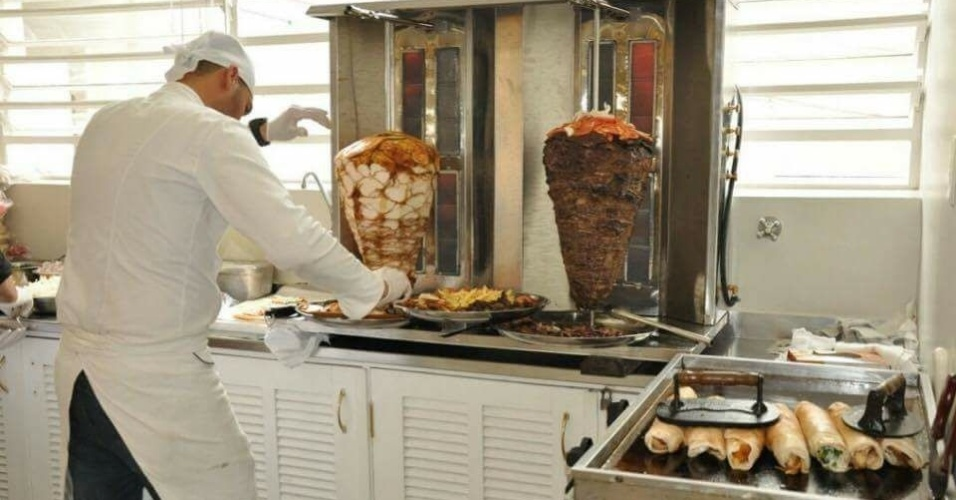 Refugiado sírio Eyad Abuharb abre restaurante New Shawarma em São Paulo