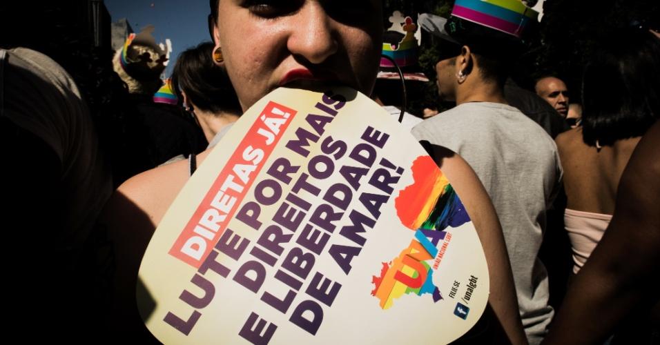 18.jun.2017 - Participante da 21ª Parada Gay de São Paulo pede por Diretas Já durante o evento na avenida Paulista