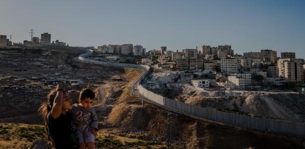 Muro separa campo de refugiados, Shuafat, em Jerusalém Leste