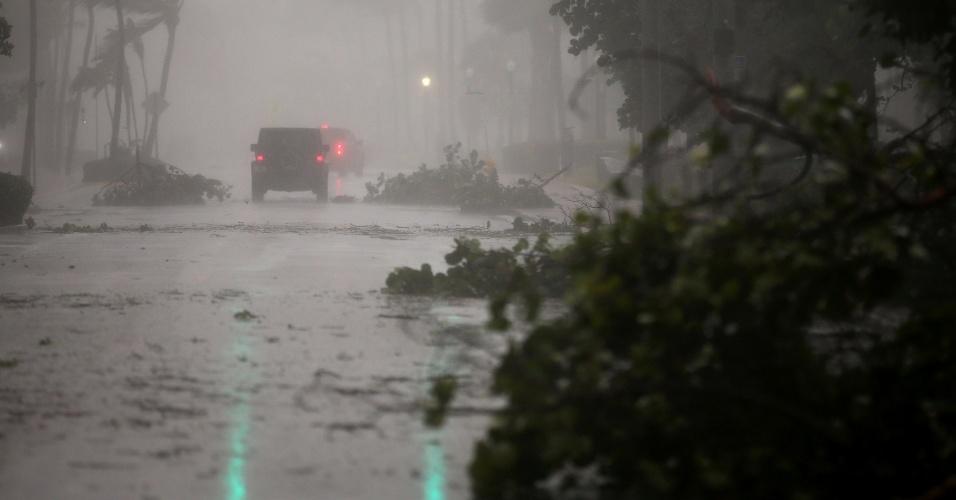 10.set.2017 - Poucos carros se aventuravam pelas ruas de Miami na manhã deste domingo devido á proximidade da chegada do furacão Irma