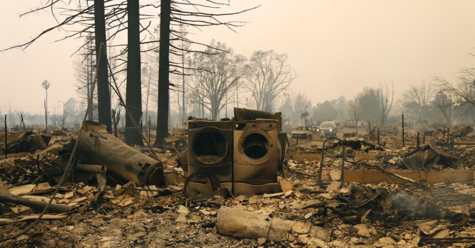 9.out.2017 - Máquina de lavar e uma secadora ficaram totalmente queimadas após o incêndio o norte da Califórnia