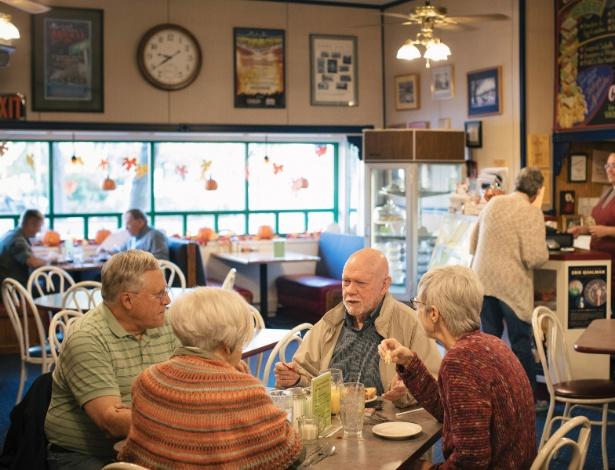 Pessoas conversam no Crossroads Cafe, local onde regularmente se discute política no café da manhã