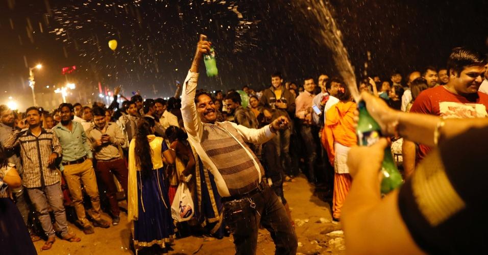 31.dez.2017 - Pessoas dançam e fazem festa durante chegada do Ano Novo em Mumbai, na Índia