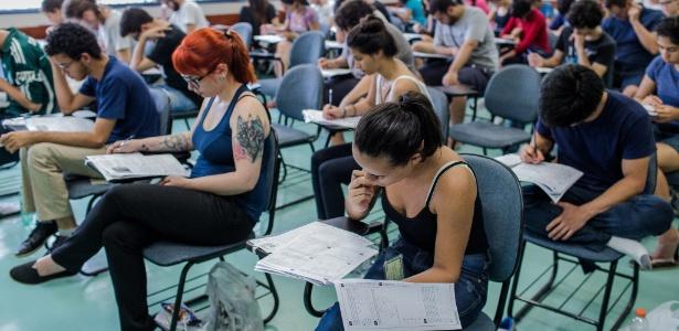7.jan.2018 - Candidatos fazem prova no 1º dia da segunda fase da Fuvest, em São Paulo