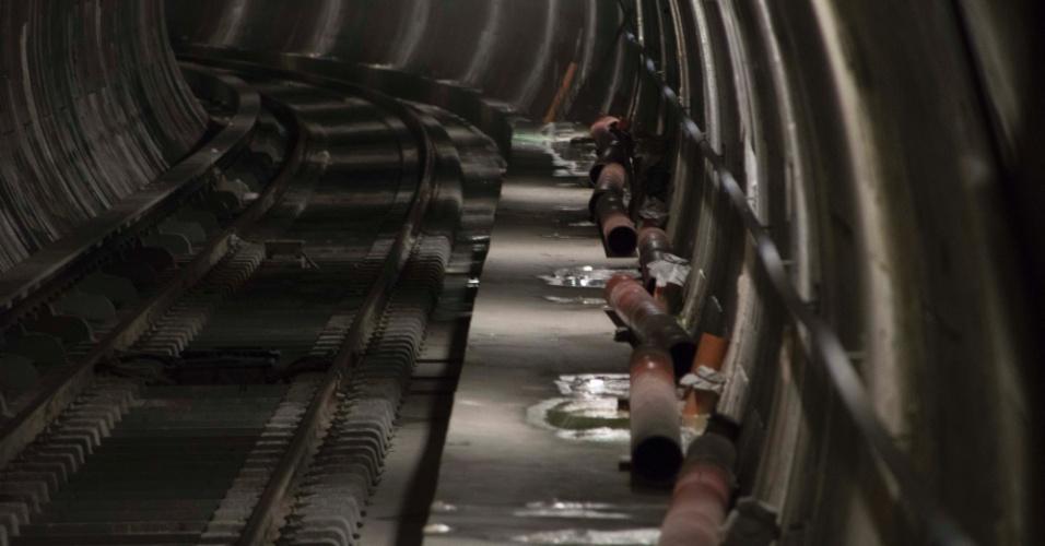 22.mar.2018 - A estação Bello Monte da Linha 5 do metrô de Caracas, na Venezuela, foi inaugurada em 2015. Apesar disso, é possível ver tubulações desmontadas no túnel até hoje