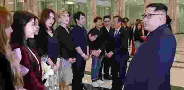 1.abr.2018 - Kim Jong-un conversa com artistas pop da Coreia do Sul após um show de música sul-coreana em Pyongyang - AFP PHOTO / KCNA