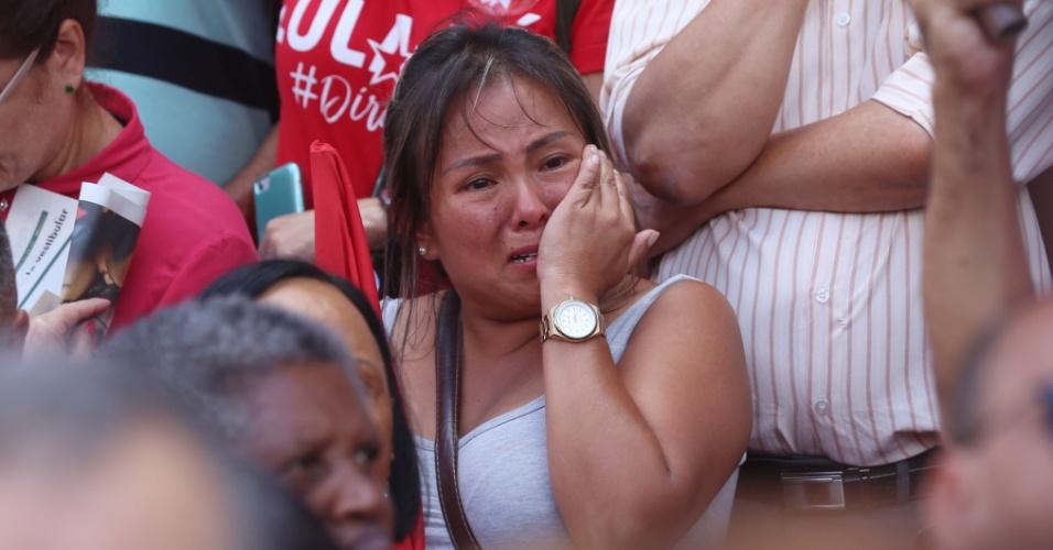 6.abr.2018 - Manifestante em frente ao Sindicato dos Metalúrgicos do ABC se emociona com a iminente prisão do ex-presidente Lula
