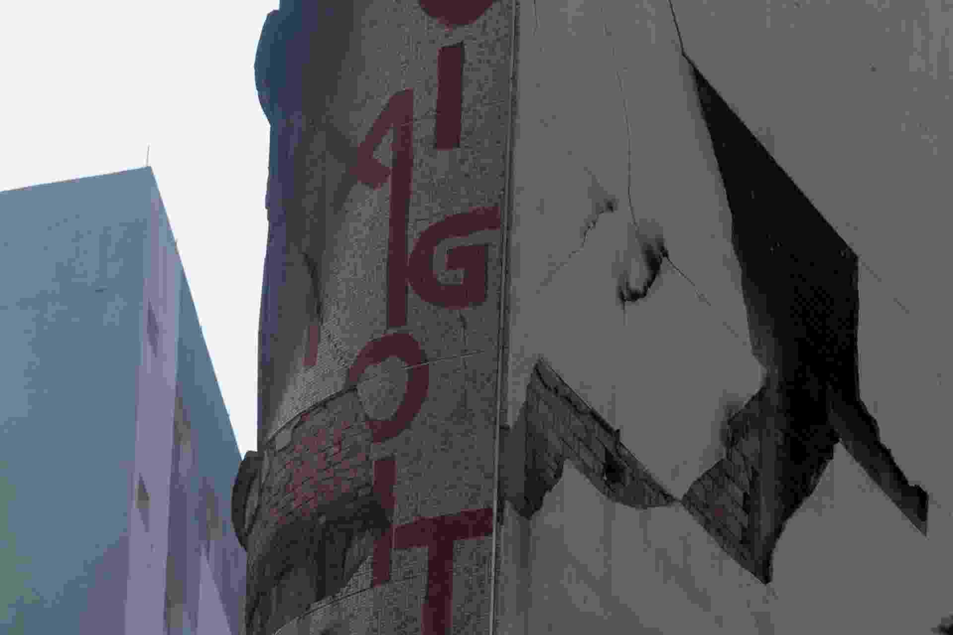 3.mai.2018 - O prédio que fica em frente ao edifício Wilton Paes de Almeida, que desabou, apresentou uma grande rachadura após a tragédia. Segundo informaram os bombeiros nesta quinta-feira, a construção tem risco iminente de queda. O prédio é comercial e está desocupado desde terça-feira - Amanda Perobelli/Estadão Conteúdo