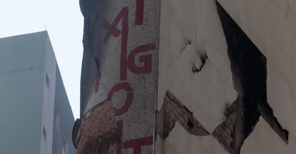 3.mai.2018 - O prédio que fica em frente ao edifício Wilton Paes de Almeida, que desabou, apresentou uma grande rachadura após a tragédia. Segundo informaram os bombeiros nesta quinta-feira, a construção tem risco iminente de queda. O prédio é comercial e está desocupado desde terça-feira