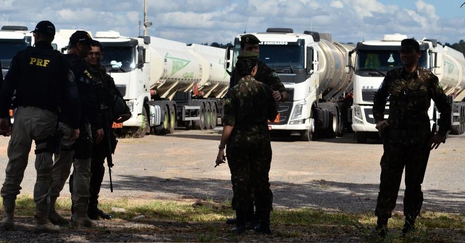 Um comboio com 24 caminhões-tanque carregados com querosene de aviação chega à Brasília, vindos de Minas Gerais. O comboio foi escoltado por cerca de cem homens do Exército, que conduziram os caminhões até o aeroporto Juscelino Kubistchek