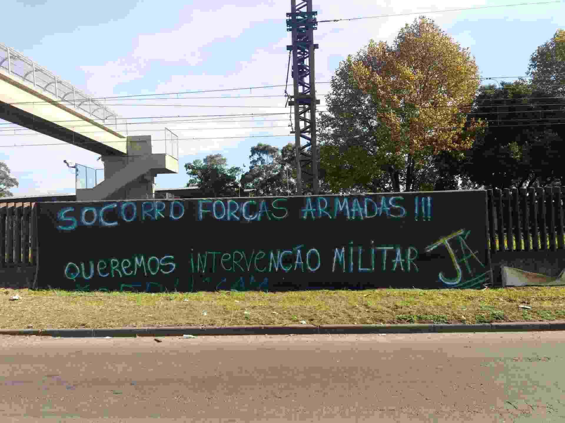 """Em frente à Refinaria Alberto Pasqualini (Refap) em Canoas, na região metropolitana de Porto Alegre (RS), manifestantes que apoiam a greve dos caminhoneiros colocaram uma mensagem no muro da Trensurb na qual pedem """"socorro às Forças Armadas"""" do país - Luciano Nagel"""