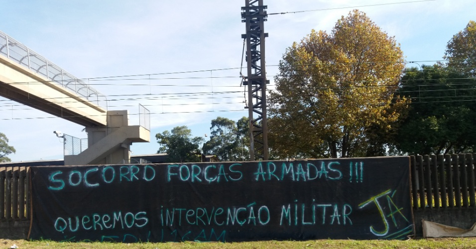 """Em frente à Refinaria Alberto Pasqualini (Refap) em Canoas, na região metropolitana de Porto Alegre (RS), manifestantes que apoiam a greve dos caminhoneiros colocaram uma mensagem no muro da Trensurb na qual pedem """"socorro às Forças Armadas"""" do país"""