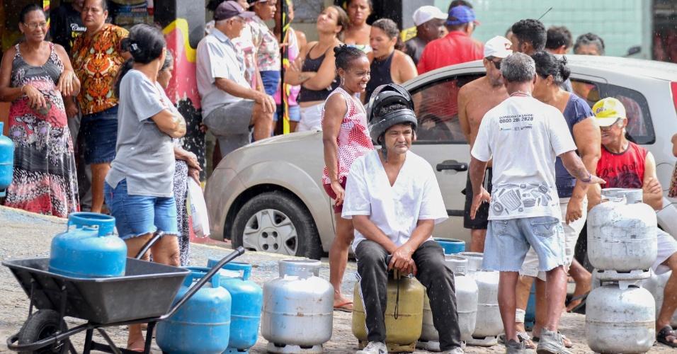 31.mai.2018 - Greve dos caminhoneiros: Distribuidoras de gás de cozinha voltaram a ser abastecidas no Recife (PE)