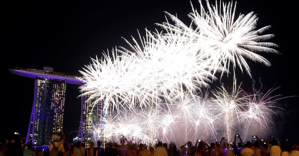 31.dez.2018 - Fogos de artifício marcam a chegada do Ano-Novo em Singapura