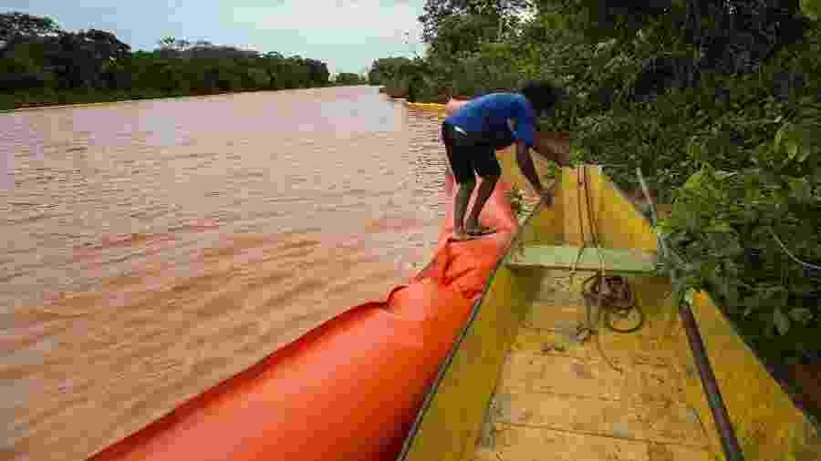 Pescador da comunidade ribeirinha de Entre Rios, no Espírito Santo; lama da Samarco se espalhou pelo Rio Doce e prejudicou a vida de milhões de pessoas - Fabio Braga/ Folhapress
