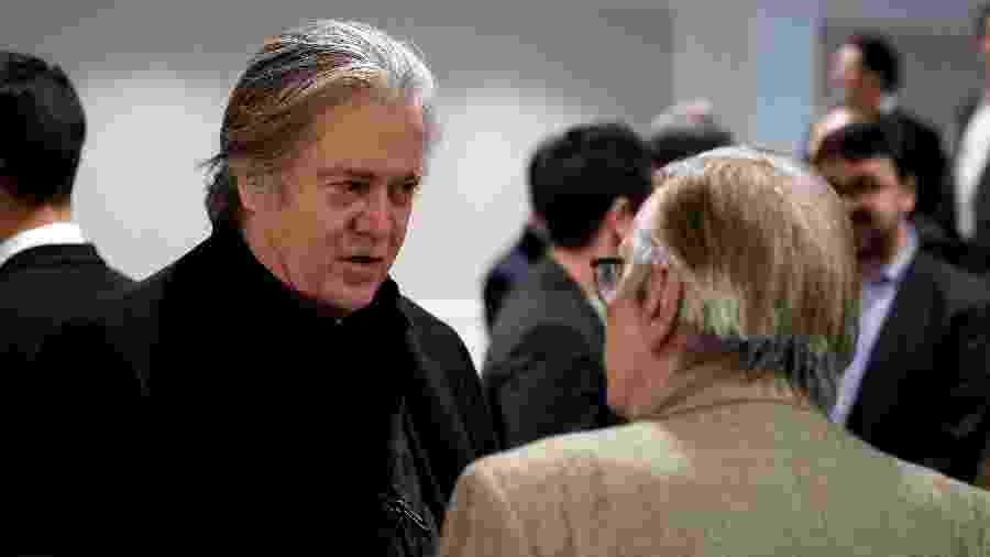 """Ex-chefe da estratégia Stephen Bannon fala com o escritor Olavo de Carvalho antes da apresentação do  do filme """"O Jardim das Aflições"""" para convidados em hotel em Washington - JOSHUA ROBERTS/Reuters"""
