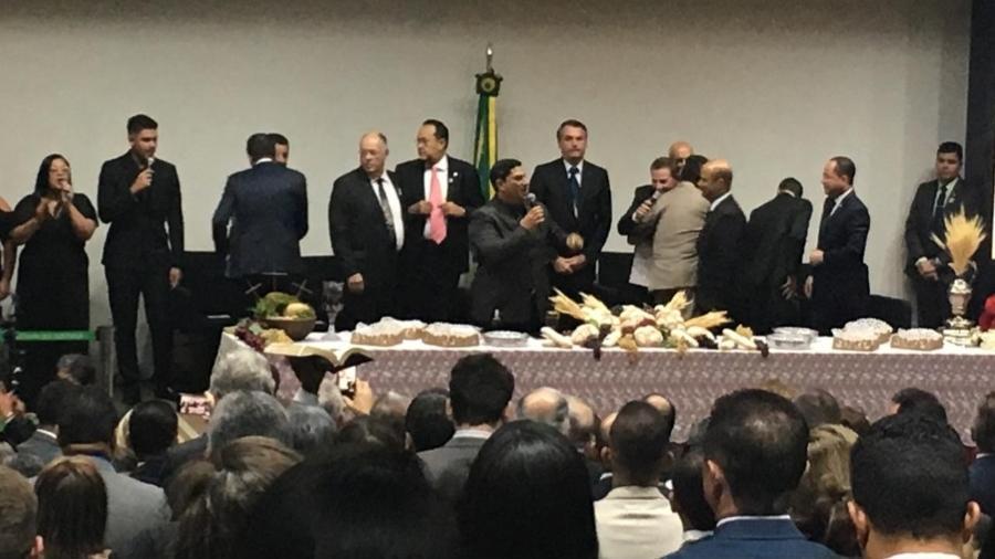 O presidente Jair Bolsonaro (em pé, ao fundo) participa de culto da Frente Parlamentar Evangélica na Câmara dos Deputados - Hanrrikson de Andrade/UOL