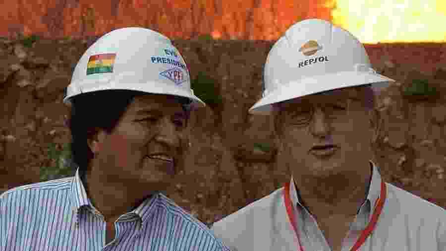 Evo Morales com Antonio Brufau, presidente da petroleira espanhola Repsol - Getty Images via BBC