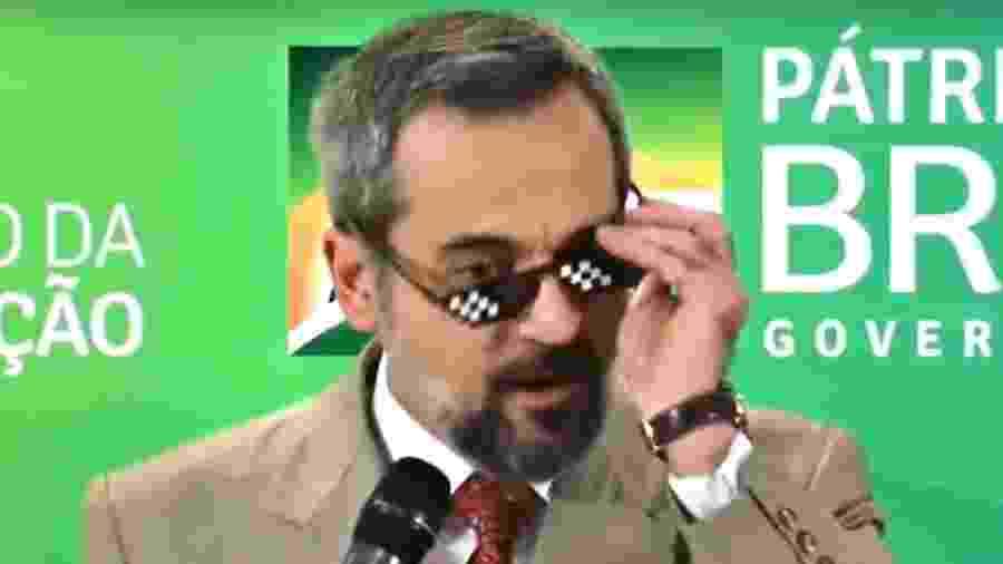O ministro da Educação, Abraham Weintraub, usa óculos com estética de memes da internet em uma entrevista coletiva em outubro de 2019 - Reprodução