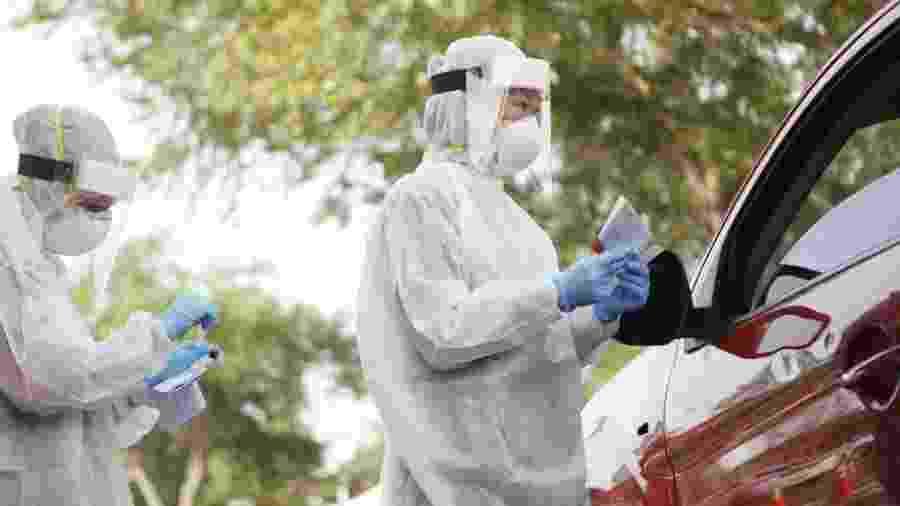 25.jun.2020 - Trabalhadores da área de saúde da Universidade do Sul da Flórida realizam testes para covid-19 em Tampa (Flórida), nos EUA - Octavio Jones/Getty Images/AFP