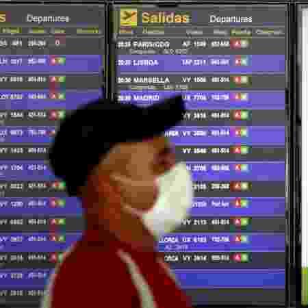 Um passageiro caminha no aeroporto Josep Tarradellas Barcelona-El Prat, em meio à propagação da doença por coronavírus, na Espanha - ALBERT GEA/REUTERS