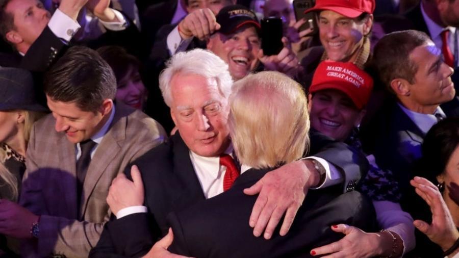Robert Trump e Donald Trump se abraçam em foto de 2016 - Chip Somodevilla/Getty Images