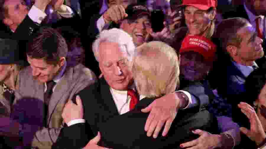 Robert Trump e Donald Trump se abraçam em foto de 2016; irmão do presidente americano está internado - Chip Somodevilla/Getty Images
