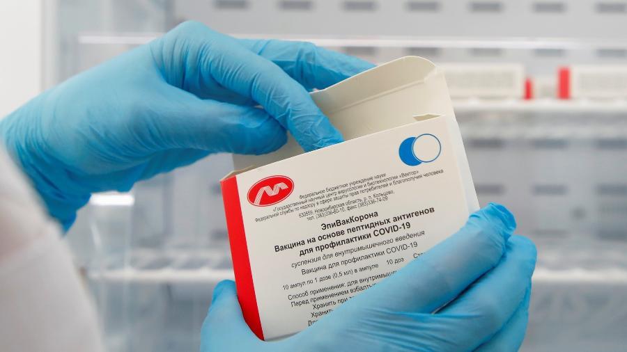 Caixa contendo frascos da vacina EpiVacCorona, desenvolvida pelo Vector Institute na Sibéria, em uma clínica local em São Petersburgo, Rússia - Anton Vaganov/Reuters