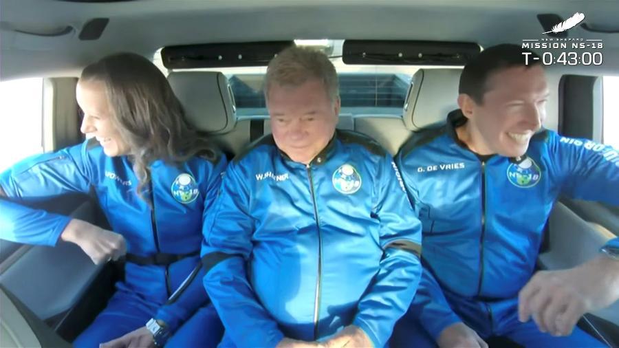 William Shatner, no centro, a caminho do lançamento - Blue Origin/Handout via REUTERS