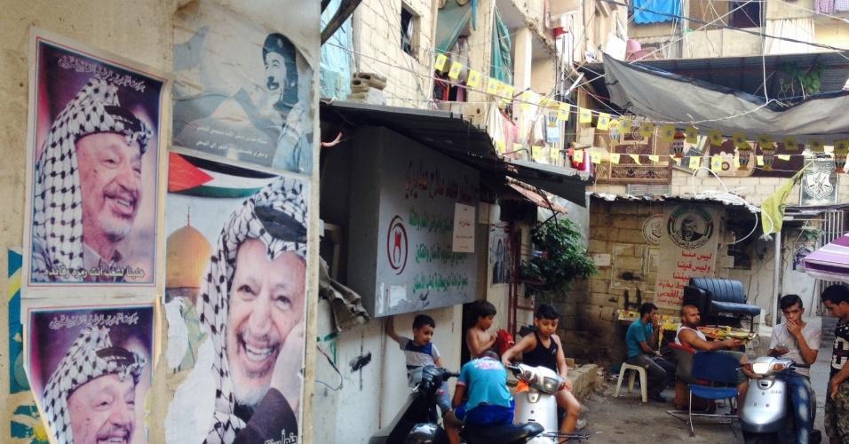 Fotos de Yasser Arafat (e até de Saddam Hussein) marcam as paredes do campo de refugiados de Chatila, em Beirute (Líbano)