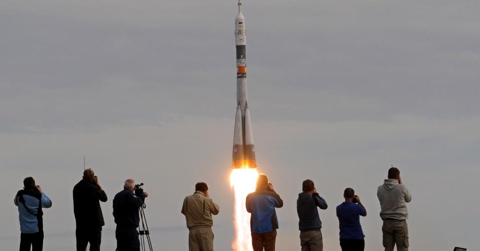 2.set.2015 - Fotógrafos registram o lançamento da nave russa Soyuz TMA-18M, com três tripulantes a bordo - um russo, um dinamarquês e um cazaque, da base de Baikonur, no Cazaquistão, com destino à Estação Espacial Internacional (ISS).