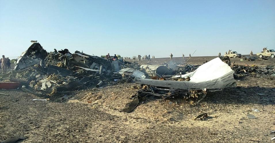 31.out.2015 - Autoridades e equipes de socorro localizam os destroços da aeronave russa que caiu e deixou 224 mortos, na região do Monte Sinai, no Egito. Mais de 45 ambulâncias foram enviadas para a área da tragédia a fim de remover os corpos. O avião, um Airbus-321 da companhia Kogalimavia (conhecida como Metrojet), caiu na península do Sinai minutos após a decolagem, com 217 passageiros e sete tripulantes a bordo. A maioria dos passageiros era formada por turistas russos