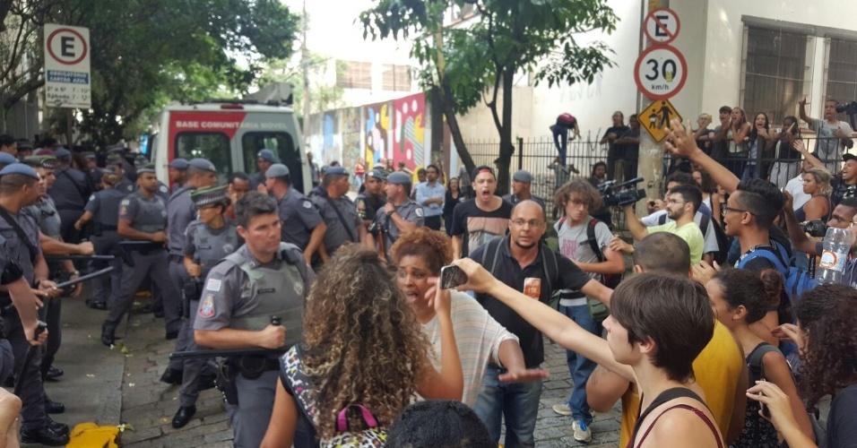 10.nov.2015 - PM e manifestantes discutem em frente à escola estadual Fernão Dias, na zona oeste de Sâo Paulo, por causa de detenção de uma estudante