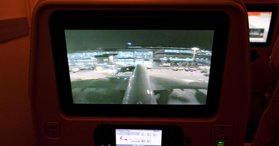 Nas telas instaladas nos assentos, uma das opções de entretenimento é observar imagens geradas a partir de uma câmera instalada na parte externa do avião