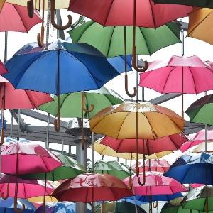 3.jan.2016 - Escultura feita com guarda-chuvas é vista em rua no centro de Londres - Toby Melville/Reuters