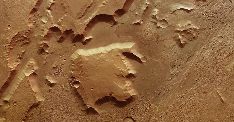 29.fev.2016 - PLANÍCIE MARCIANA ? A sonda Mars Express, da Esa (Agência Espacial Europeia), registrou imagens da região de Aeolis, em Marte. A paisagem foi esculpida por uma intensa erosão eólica que forma as placas do planeta
