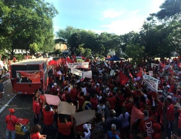 18.mar.2016 - Manifestantes se reúnem em Teresina, capital do Piauí, para defender o PT, Lula e o governo Dilma Rousseff